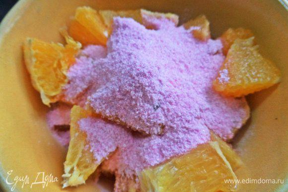 Пересыпать сухим клюквенным киселем или крахмалом с сахаром.