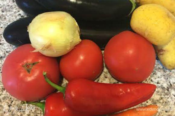 Для этого блюда нам нужны свежие, молодые овощи. Помидоры должны быть спелые и мясистые.