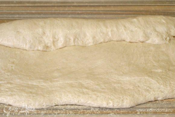 Подошедшее тесто разделим на две-три части. Растягиваем в прямоугольник. Начинаем закручивать тесто, защипывая каждый виток.