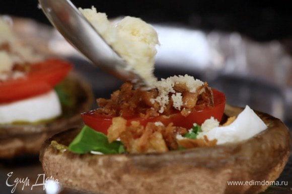 Посыпать твердым сыром и выпекать при температуре 220°C 5 минут. Или снова убрать на гриль.