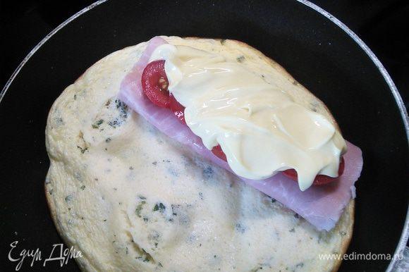 Выкладываем сверху плавленный сыр.