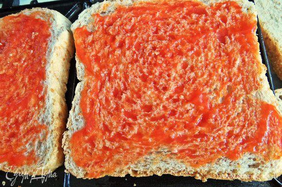 Смажем два куска хлеба с отрубями томатной пастой или кетчупом.