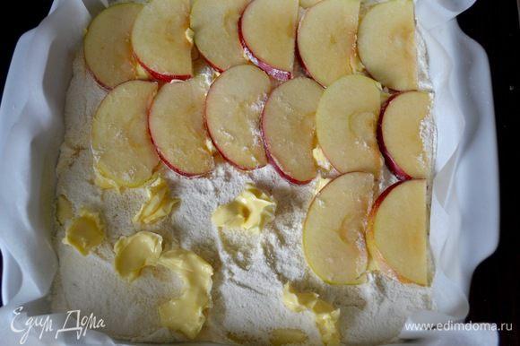 Сверху выложить в один слой дольки яблок.