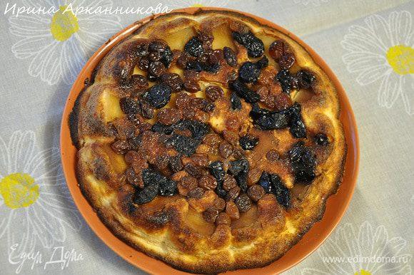 Выложить оставшееся тесто и выпекать около 1 часа при 180°C. Перевернуть на блюдо. Запеканка не очень сладкая, можно подавать, полив медом.