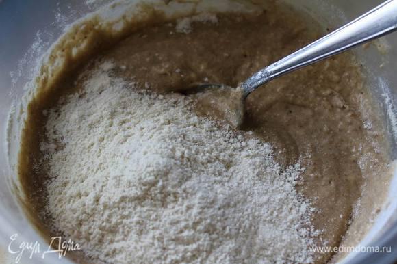 Выливаем тесто из блендера в емкость для смешивания и добавляем кукурузную муку.