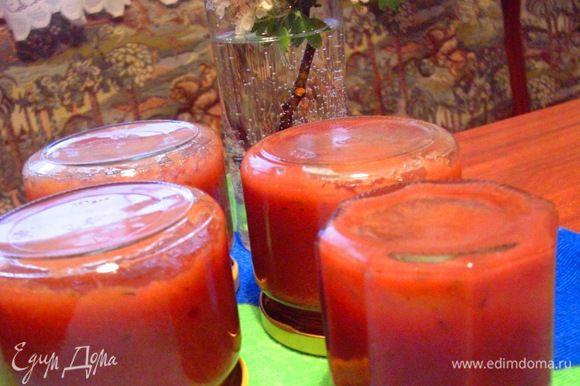 И еще... это прекрасная заготовка на зиму. Когда соус снимаете с огня, можно сразу, пока он горячий, разложить по стерильным баночкам. Если соус был прокручен блендером и немного остыл, снова доведите его до кипения и лишь потом разложите по баночкам. Из 500 г ревеня получается 4 небольшие баночки соуса.