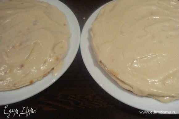 Коржи смазываем кремом. Я решила коржи разделить и сделать два не очень высоких торта.