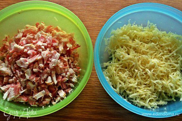 Сыр натереть. Нужно примерно равное количество и мяса и сыра. У автора на 4 яйца по 100 г ветчины и сыра.
