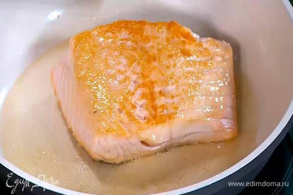 Разогреть в сковороде оливковое масло, выложить семгу кожей вниз и обжарить с двух сторон до готовности.