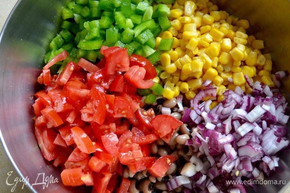 Добавить в миску все остальные овощи, измельченную зелень кинзы и аккуратно перемешать.