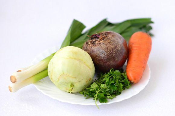 Лучше всего выбирать для салата кольраби, свеклу и морковь примерно одного размера. Помыть, почистить.