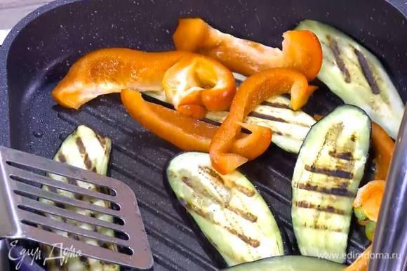 Разогреть в сковороде-гриль 2‒3 ст. ложки оливкового масла и обжаривать нарезанные овощи со всех сторон до появления золотистых полосок.