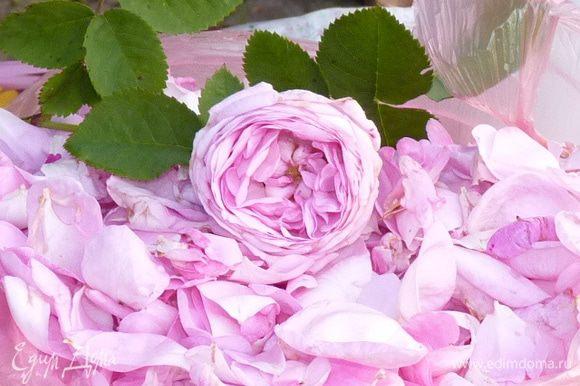 Отделить лепестки роз от бутонов.