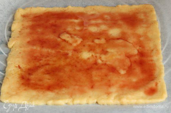 Прямо на пергаменте раскатываем один корж, у меня получается толщиной около 3-4 мм, и смазываем его вареньем. Я тоненько смазывала. Некоторые любят побольше, но тогда варенье при выпечке будет вытекать и подгорать. Я — не люблю такое. Да и сладость лишняя ни к чему. Переносим на противень и отправляем в разогретую до 200°C духовку на 15-20 минут. Ориентируйтесь сами. Испеченный корж я сфотографировать забыла. Надеюсь вы мне и так поверите.
