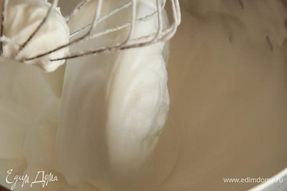 Пока выпекается первый корж, взбиваем белки с сахаром и несколькими каплями лимонного сока до крепких пиков.