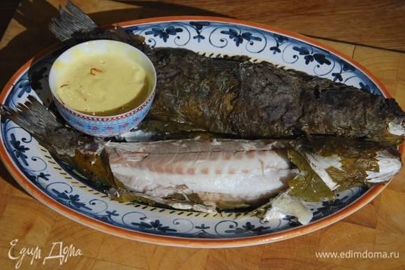 Подавать рыбу с шафранным айоли.