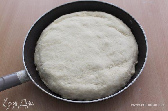 Оставшуюся часть теста раскатываем и накрываем начинку. Аккуратно пальчиками соединяем тесто.