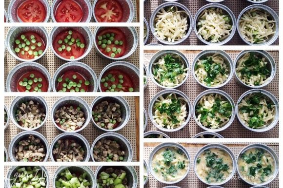 На дно каждой формочки укладываем кольцо помидора. Сверху посыпаем зеленым горошком. Затем добавляем грибы. На грибы укладываем тертый сыр. На сыр измельченную петрушку. Заливаем яичной смесью.