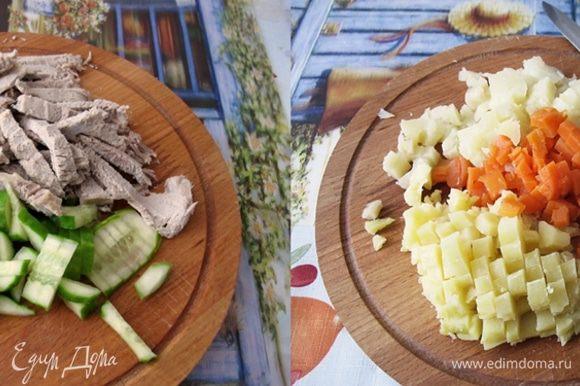 Картофель и морковь нарезать кубиками, огурец небольшими ломтиками и отварное мясо полосками.