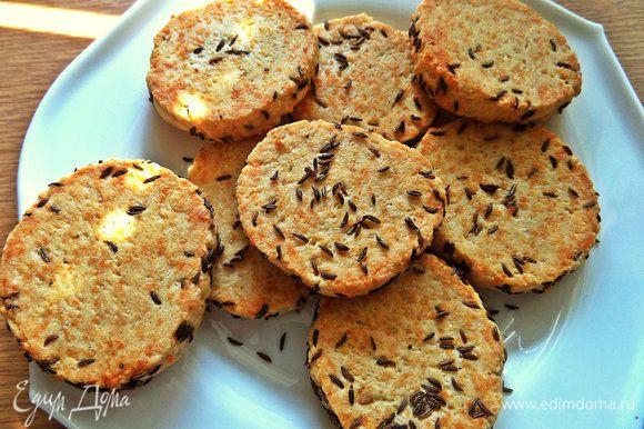 Печенье получается твердо-рассыпчатое.