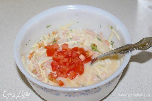 Нарезанный помидор, перемешиваем, не солим, грудка и сыр уже соленые.