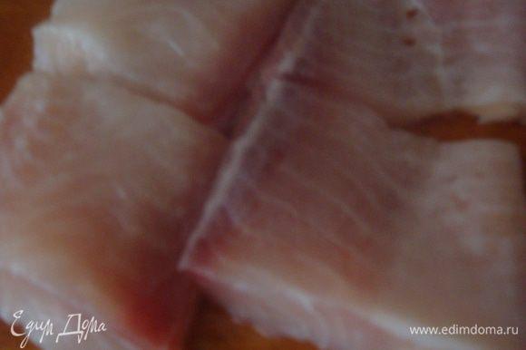 Рыбное филе режем на кусочки (рыбное филе берем на свой вкус).