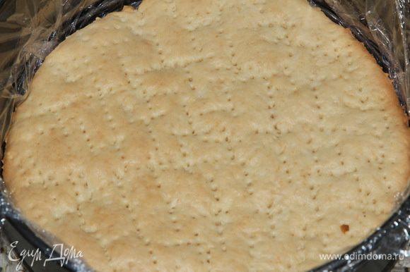 Форму выстилаем пищевой пленкой и начинаем в форме собирать пляцок. Поскольку я уменьшила и масло в рецепте, и творог взяла обезжиренный, я пропитала коржи, пока они были еще горячими — молоком. Хорошо пропитала. Кладем корж в форму.