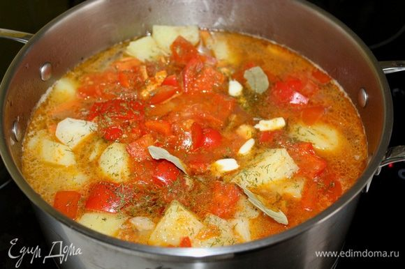 Через 5 минут после закладки перца добавить лавровый лист и чеснок. Варить еще 5-10 минут до готовности картофеля. Готовый суп снять с огня и дать настояться под крышкой 20 минут.
