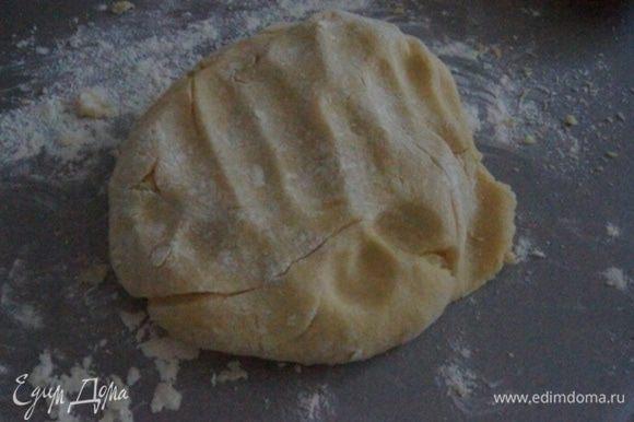 Всыпать половину муки, замесить тесто ложкой. Добавить оставшуюся муку и уже руками замесить эластичное мягкое тесто.