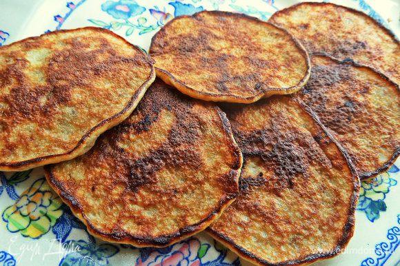 Оладьи совсем не жирные, поэтому можно обойтись без салфетки. Сразу переносим на тарелку.