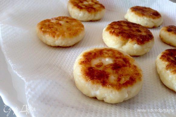 Сформировать небольшие сырники и обжарить с двух сторон на небольшом количестве растительного масла. Переложить сырники на бумажное полотенце.