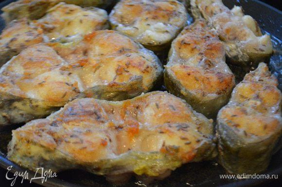 Запанировать рыбу в муке и обжарить на сковороде с двух сторон до готовности.