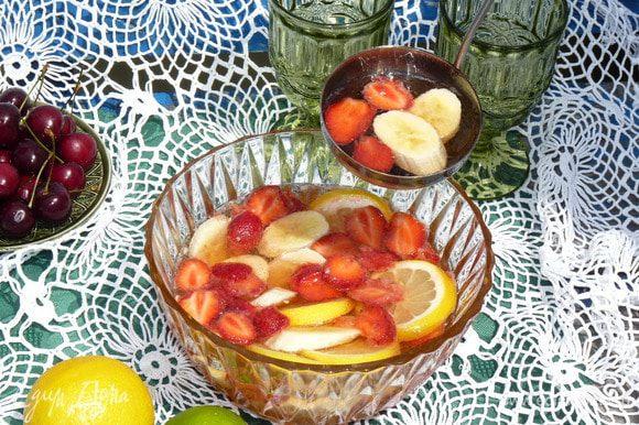 Разливаем по бокалам вместе с фруктами. По желанию добавляем лед.