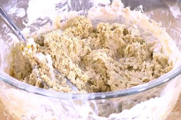 Добавить яйца, влить кефир и вымешать тесто.