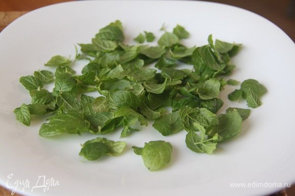 На тарелку выложить листики мяты.