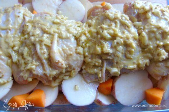 Сверху выложите бедрышки, остатки маринада разложите поверх курицы.