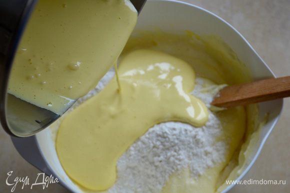 Во взбитые белки добавить в два приема желтки и сухую смесь из муки и крахмала.