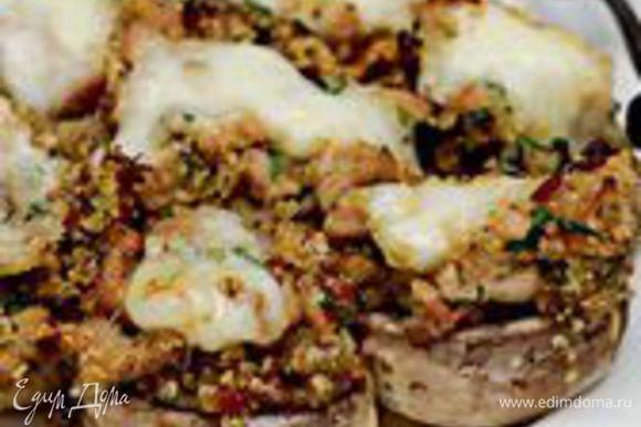 Пока шампиньоны запекаются, нарежьте моцареллу на 24– 28 кусочков. Выложите на каждый гриб по кусочку моцареллы, верните в духовку, чтобы моцарелла расплавилась, еще на 5–7 минут. Подавайте горячими или теплыми.