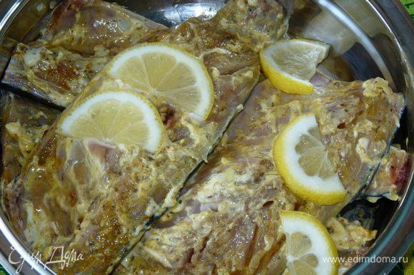 Смешать майонез, специи, горчицу. Филе рыбы посолить по вкусу и намазать маринадом. Добавить лимон, нарезанный полукольцами. Оставить мариноваться хотя бы на 20 минут, пока прогорят угли. У нас мариновалось 2 часа.