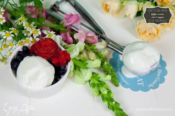 Подавать с ягодами, шоколадом, сиропами или вареньем.