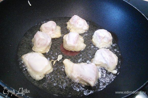 В сковороде (в идеале вок) разогреть масло для фритюра (подойдет любое нейтральное масло без яркого вкуса и запаха). С мяса слить вино, посолить, окунуть в кляр, дать стечь лишнему тесту (но не переусердствовать) и обжарить кусочки до золотистой корочки со всех сторон.