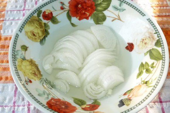 Делаем маринад для лука: соль, сахар растворить в белом бальзамическом уксусе на небольшом огне, не доводя до кипения. Залить горячим лук и дать немного постоять.