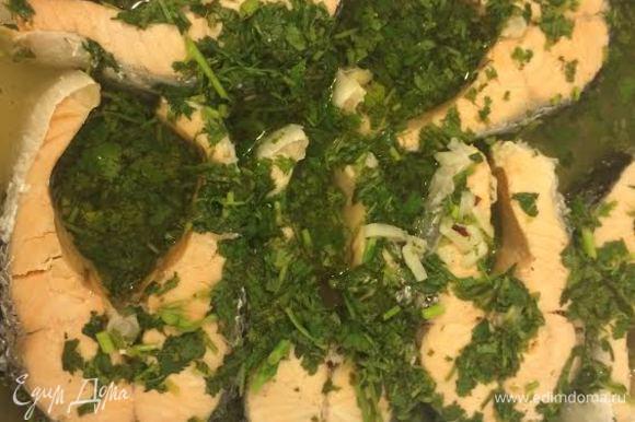 Готовую, горячую рыбу уложить в контейнер залить уксусом с кинзой и бульоном. Попробуйте, если мало уксуса, то добавьте.