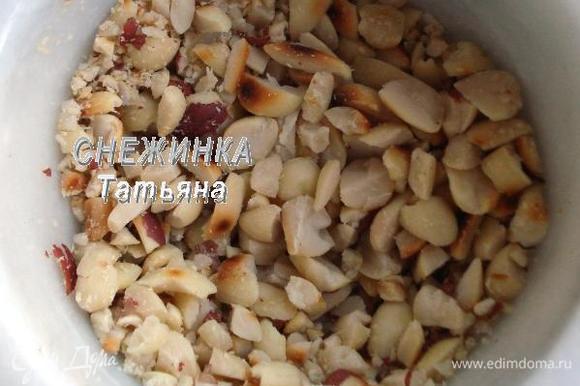Измельчаем орехи в ступке не очень мелко.