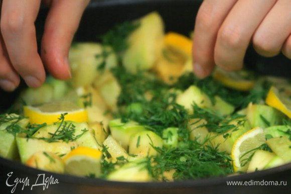 Затем добавить дольки лимона.