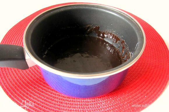Довести до кипения, всыпать 0,5 стакана сахара и 3 столовые ложки какао, варить 5 минут. Слегка остудить.