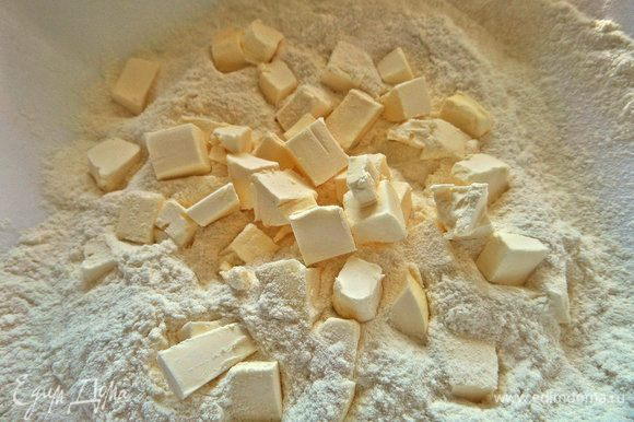 Холодное масло или маргарин порубить в муку.
