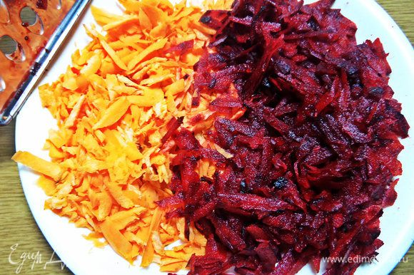 "Переходим к овощной ""шубке"". Свеклу и морковку крупно натереть."