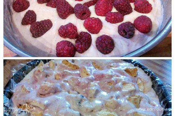 Остальное безе раскрошить более крупными кусочками. Мороженое достать из морозилки и аккуратно смешать с остальной малиной (несколько красивых ягод оставить для декора) и кусочками безе и выложить вторым слоем.