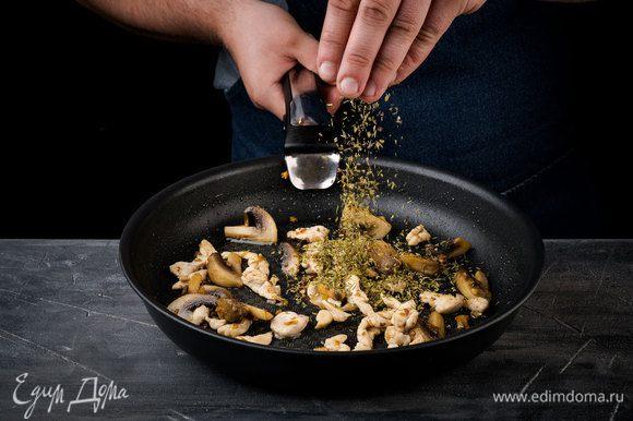 Разогреть в сковороде оливковое и сливочное масло и обжарить чеснок. Шампиньоны выложить в сковороду с чесноком, посолить, поперчить и перемешать, обжаривать до золотистости.